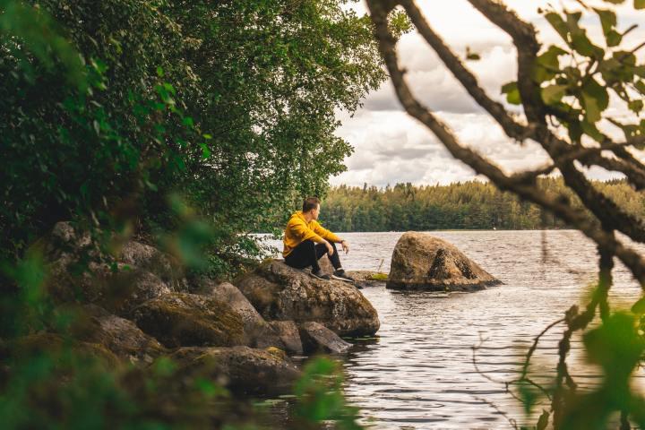Mies järven rannalla